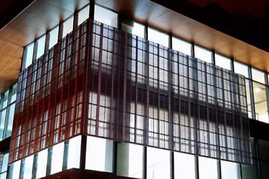 透過性が高く窓ガラスの機能を残した広告